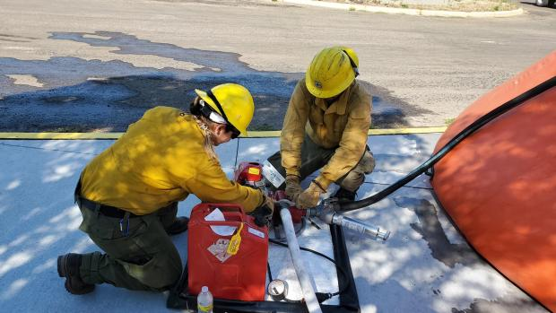 Engine Crews Prepare a pump for structure protection